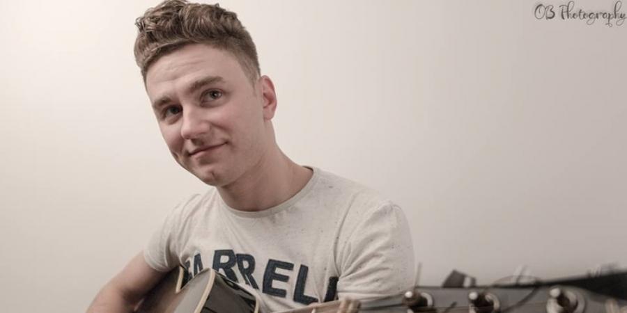 VIDEO. Un român cântă o piesă de la Ed Sheeran în centrul oraşului Liverpool, iar reacţia oamenilor este incredibilă