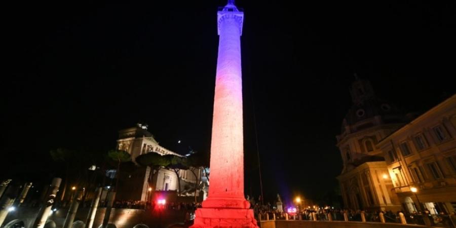 Columna lui Traian, iluminată în culorile Drapelului României