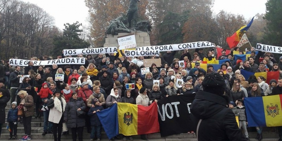 FOTO & VIDEO. Moldovenii din Bologna au ieşit în stradă pentru a cere invalidarea alegerilor