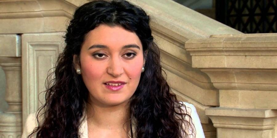 O tânără rromă de 27 de ani, din România, ar putea ajunge senator al Franţei. A absolvit masterul la Sorbona şi şi-a publicat deja autobiografia